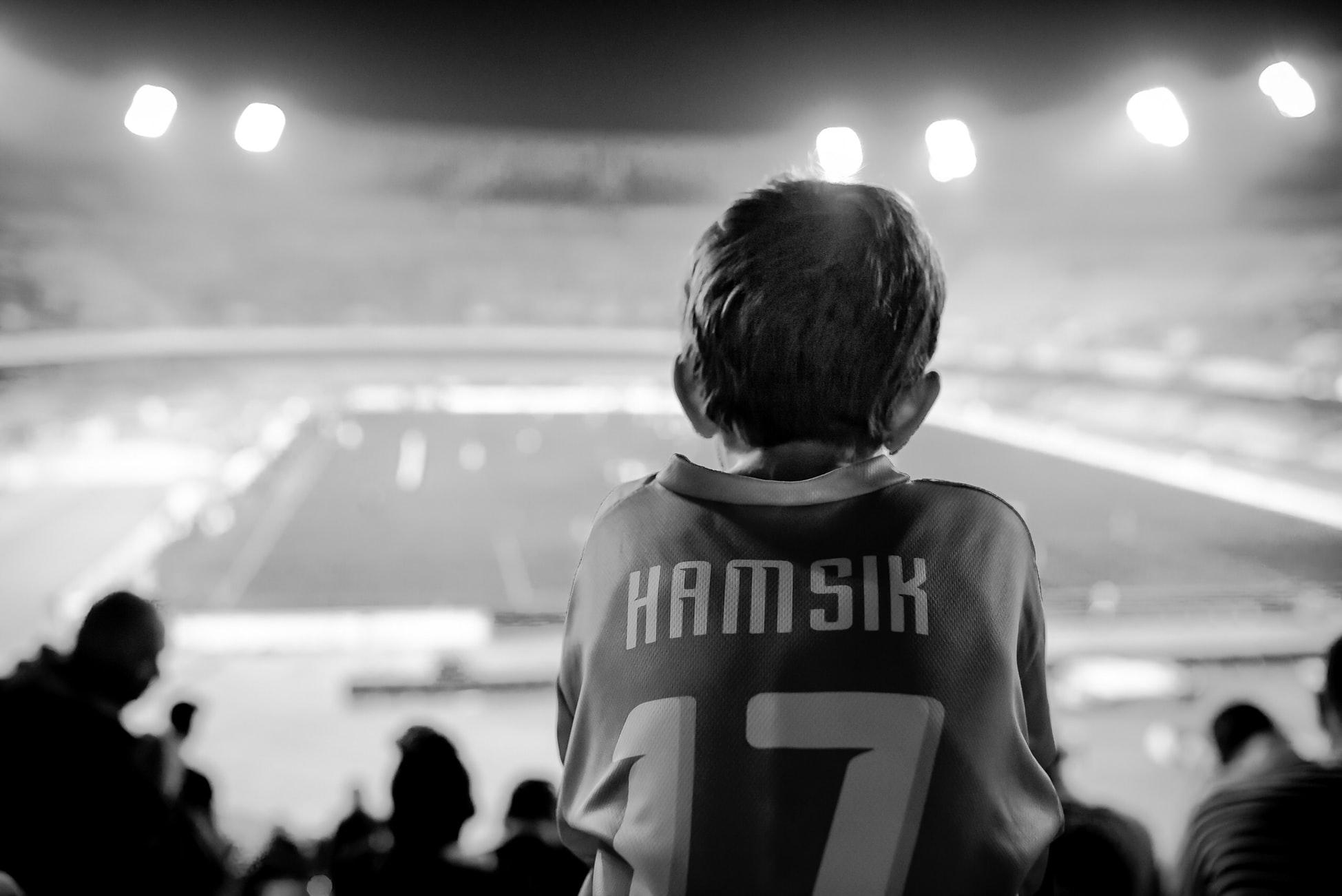 スポーツ観戦を観て夢を見る少年